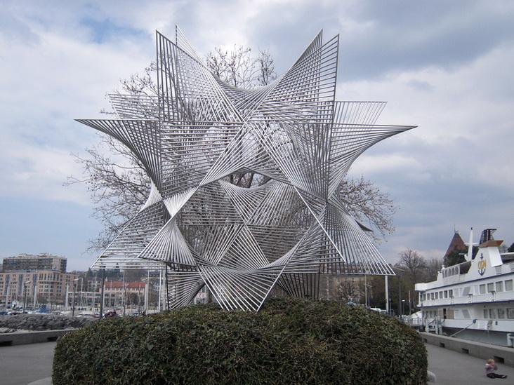 Relativ Devant cette sculpture en acier inoxydable, face au lac sur la  VE66